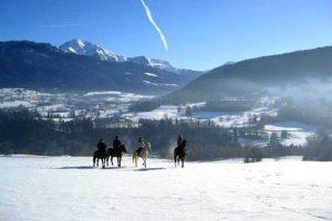 Randonnée équestre dans la neige en Savoie